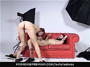 LAS FOLLADORAS - Auburn haired babe nails inexperienced man