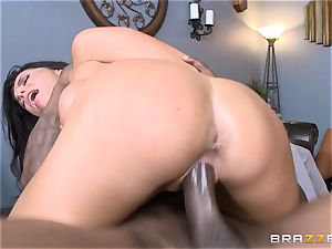 Romi Rain pulverizes her steamy black trainer in front of her dude
